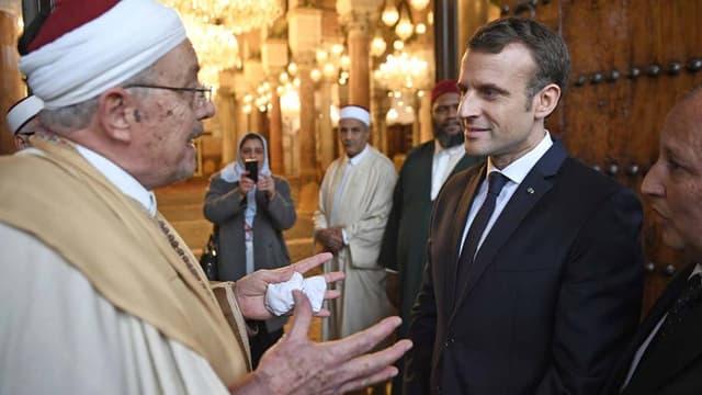 Emmanuel Macron lors de sa visite dans la mosquée Zitouna, à Médine, en Tunisie.