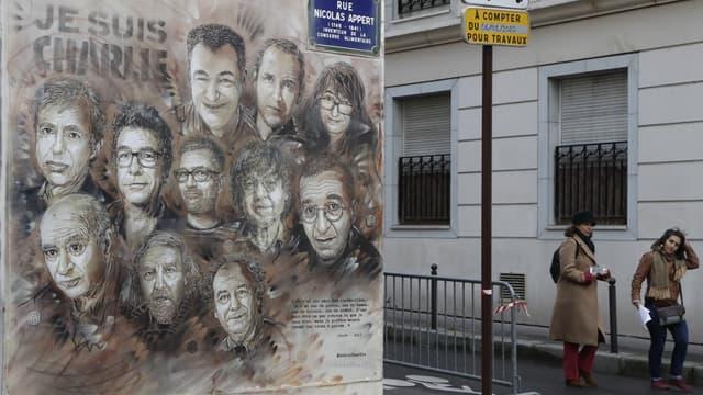 La fresque peinte sur la façade près des anciens locaux de Charlie Hebdo à Paris.