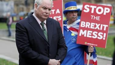 Un reporter de Sky News attire l'attention d'un manifestant anti-Brexit devant le Palais de Westminster, à Londres, le 15 novembre 2018 (photo d'illustration)