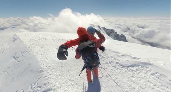 Les alpinistes au sommet du Mont Blanc