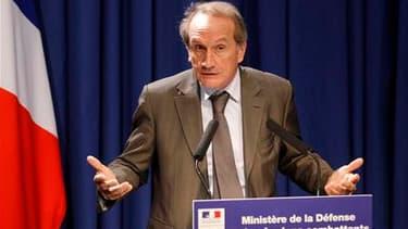 """La France n'a pas déployé de troupes au sol en Libye dans le cadre des opérations militaires internationales, pas plus qu'elle ne fournit d'armes aux insurgés qui combattent les troupes de Mouammar Kadhafi, une option """"pas à l'ordre du jour"""", a déclaré je"""