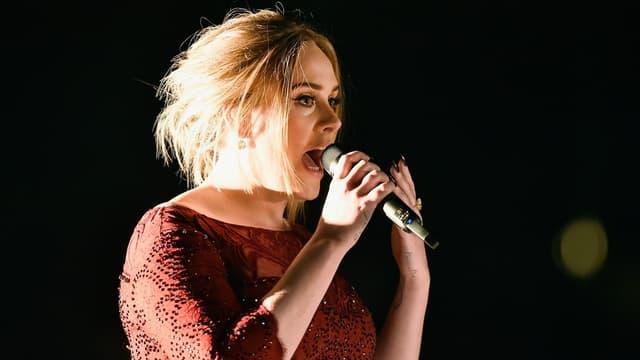 Adele sur scène, le 15 février 2016