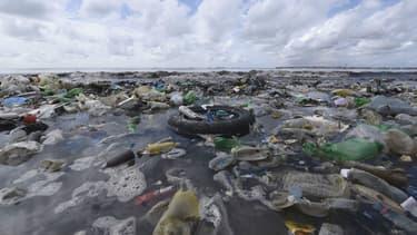 Des déchets plastiques sur la plage de Bao à côté de Dakar, au Sénégal, en 2015