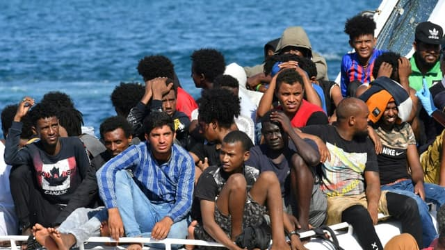 Des migrants en provenance de Tunisie et de Libye arrivent à Lampedusa à bord d'un bateau des gardes-côtes italiens, le 1er août 2020 (PHOTO D'ILLUSTRATION)