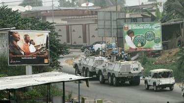 Patrouille de casques bleus de l'Onu à Abidjan, jeudi. Les violences qui ont suivi le second tour de l'élection présidentielle ivoirienne ont fait au moins 247 morts et 49 disparus, selon la Commission des droits de l'homme de l'Onu. /Photo prise le 13 ja