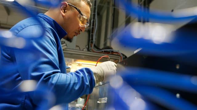 Un employé teste, dans les ateliers de Forsee Power, une batterie fabriquée par cette société.