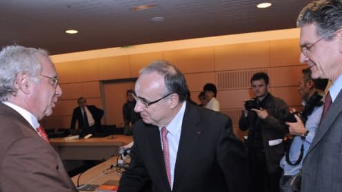 Le président de la Confédération des syndicats médicaux français, Michel Chassang, au centre, salue des représentants de la Caisse primaire d'assurance-maladie