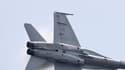 Un modèle F/A-18 d'avion de combat en plein vol