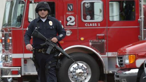 Sur le campus de Santa Monica, les policiers s'affairent après une fusillade qui a fait au moins cinq morts sur le campus.