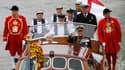 La reine Elizabeth II, toute de blanc et argenté vêtue, accompagnée de son époux le prince Philip, a rejoint une flottille d'un millier de bateaux descendant la Tamise au deuxième jour des célébrations de ses 60 ans de règne. /Photo prise le 3 juin 2012/R