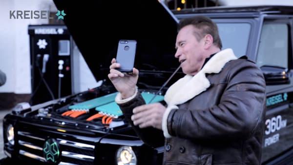 Arnold Schwarzenegger lors de la réception de son Mercedes Classe G électrique en janvier.