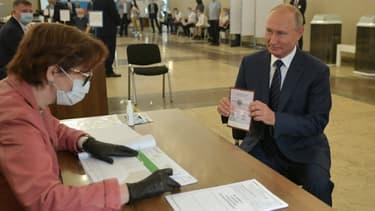 Le président de la Russie, Vladimir Poutine, montre son passeport à une membre d'une commission électorale pour participer au scrutin dans un bureau de vote de Moscou, le 1er juillet 2020