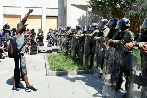 Un manifestant fait face à la police militaire le 3 juin 2020 près de la Maison Blanche à Washington