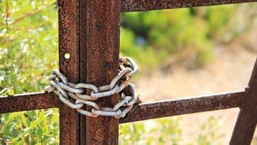 Illustration d'un portail cadenassé