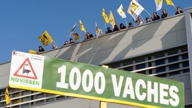 """Des militants de la Confédération paysanne manifestant contre le projet de la ferme dite des """"Mille vaches"""""""