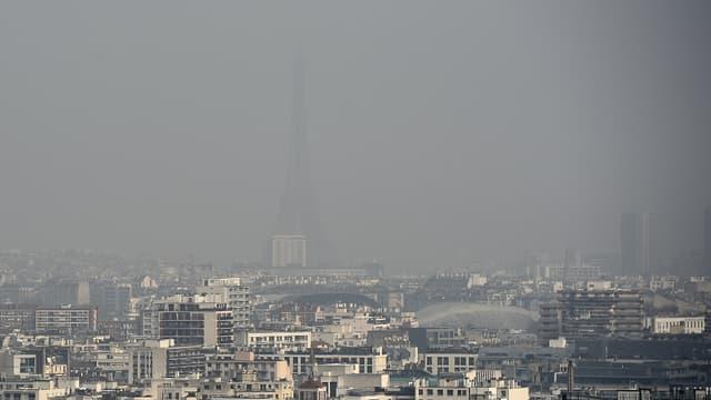 La Tour Eiffel à peine visible sous la pollution mercredi 18 mars