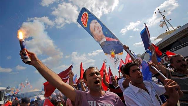Partisans du Parti de la Justice et du Développement (AKP) au pouvoir en Turquie à leur arrivée à Istanbul. Plusieurs dizaines de milliers de partisans du Premier ministre Recep Tayyip Erdogan ont participé dimanche à un grand rassemblement à Istanbul, où