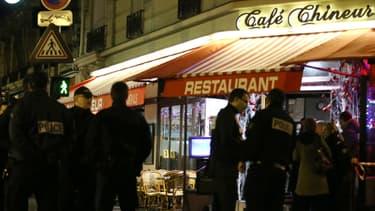 Des policiers menaient l'enquête dimanche soir peu après le double meurtre, dans ce restaurant.