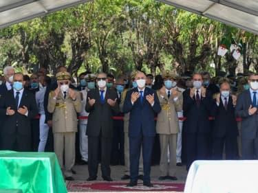 Une photo fournie par la présidence algérienne montre le président Abdelmajid Tebboune durant les prières à la cérémonie d'enterrement des restes des 24 combattants anticoloniaux remis par la France, à Alger le 5 juillet 2020