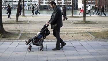 Un père et son enfant en 2013 à Paris. (photo d'illustration)