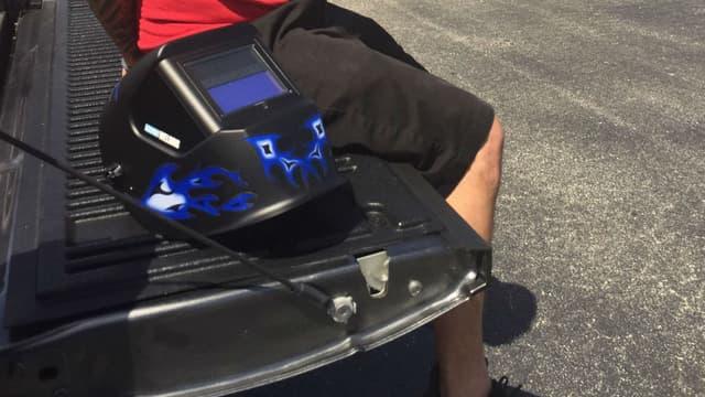 Le voleur venait de s'acheter ce casque de soudure pour observer l'éclipse à côté du véhicule dérobé.