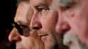 """Le réalisateur Xavier Beauvois (au centre)entouré des acteurs Lambert Wilson (à gauche) et Michael Lonsdale lors de la présentation de """"Des hommes et des dieux"""" au Festival de Cannes, dernier des trois films français en compétition. /Photo prise le 18 mai"""