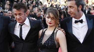 """Paolo Sorrentino (à droite), aux côtés des vedettes de son film """"This Must Be The Place"""", Sean Penn et Eve Hewson, vendredi à Cannes. Le jury oecuménique, indépendant de celui du Festival, a couronné le film du réalisateur italien. /Photo prise le 20 mai"""