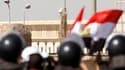 """Un hélicoptère supposé transporter l'ancien président égyptien Hosni Moubarak arrivant au Caire. L'ancien """"raïs"""", qui est âgé de 83 ans, est arrivé tôt mercredi dans la capitale égyptienne pour l'ouverture de son procès. /Photo prise le 3 août 2011/REUTER"""