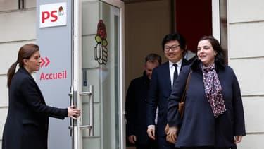 Emmanuelle Cosse et Jean-Vincent Placé quittent le siège du Parti socialiste, le 30 mars 2015
