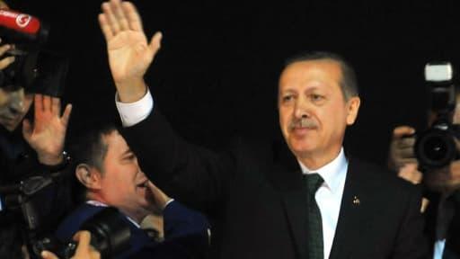 Recep Tayyip Erdogan tente d'éteindre l'incendie.