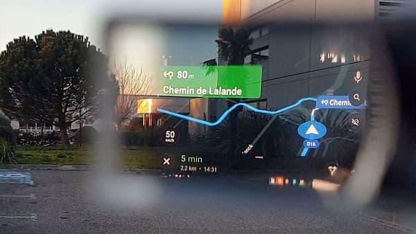 Avec EyeRide, l'itinéraire s'affiche dans un nano écran Oled et se consulte d'un regard sans gêner la vision