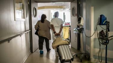 Une infirmière accompagne une patiente à sa sortie de l'hôpital Saint-Louis, le 28 mai 2020 à Paris