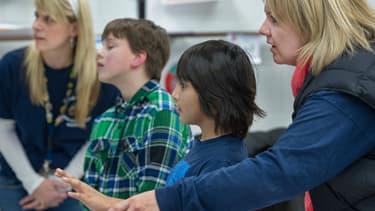 Deux enfants autistes américains sont aidés par leurs professeurs à jouer aux jeux vidéo, via le système Kinect de la console X-box, de Microsoft. Une thérapie qui leur est profitable.