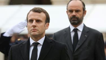 Le président français Emmanuel Macron (G) et le Premier ministre Edouard Philippe Lors d'une cérémonie aux Invalides le 28 mars 2018