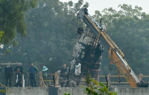 Récupération de l'épave de l'avion qui s'est écrasé près de New Delhi, le 22 décembre 2015