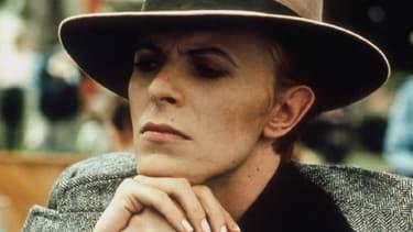 """David Bowie dans """"L'homme qui venait d'ailleurs"""", en 1976."""