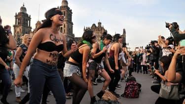 """Une manifestation contre les violences sexuelles à Mexico en novembre 2019 durant laquelle les protagonistes ont repris une chanson chilienne devenue virale, """"Le Violeur, c'est toi"""" (photo d'illustration)"""