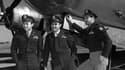 Van Kirk (g.), et ses coéquipiers, devant le bombardier Enola Gay, après avoir largué la première bombe atomique sur Hoiroshima en août 1945.