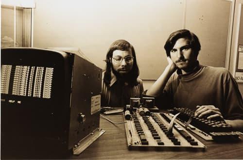 Le 1er avril 1976, Steve Wozniak et Steve Jobs créent l'Apple I, le micro-ordinateur qui a révolutionné l'informatique.