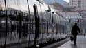 Malgré les discussions engagées localement dans une dizaine de régions, la grève à la SNCF est entrée vendredi dans son dixième jour, à la veille du grand chassé-croisé des vacanciers du week-end. /Photo d'archives/REUTERS/Jean-Paul Pélissier