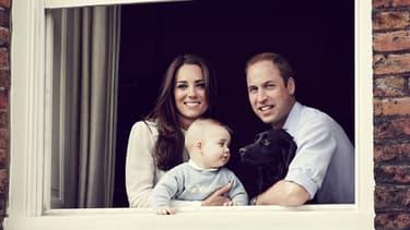 Le Duc et la Duchesse de Cambridge, William et Kate, et leur fils le Prince Georges à la fenêtre de leur appartement de Kensington.