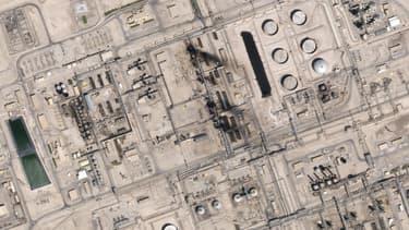 Une photo satellite montre de la fumée s'élevant au dessus des sites pétrolifères visés.