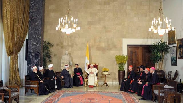 Au deuxième jour de sa visite, Benoît XVI a appelé le Liban, pays multiconfessionnel, a être un modèle de paix et de coexistence religieuse pour le Proche-Orient, alors que la région est le théâtre d'une guerre civile qui dure depuis près d'un an et demi