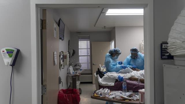 Des soignants s'occupent d'un patient atteint du Covid-19 à Houston, au Texas, aux États-Unis le 19 novembre 2020