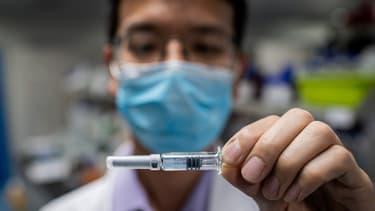 Test d'un vaccin dans un laboratoire de Pékin, en Chine