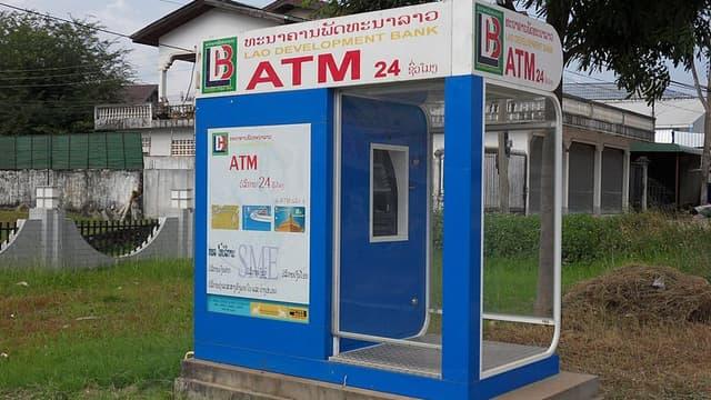 Une cabine de retrait bancaire à Savannakhet au Laos.
