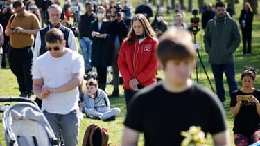 Personnes devant le château de Windsor observant une minute de silence en hommage au Prince Philip, le 17 avril 2021