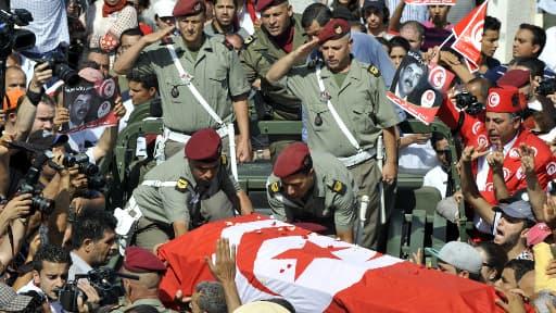 Le cercueil, salué par la foule samedi matin à Tunis.