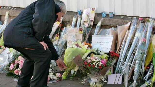 Un homme se recueille devant l'école juive où 4 personnes sont mortes lundi.