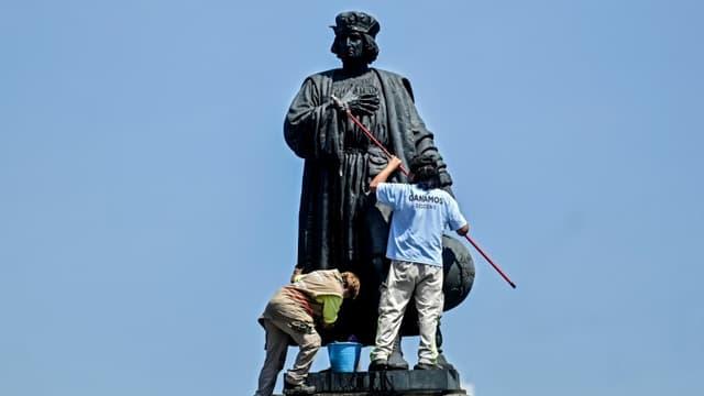 Des employés municipaux nettoient la statue de Christophe Colomb à Mexico, en octobre 2020
